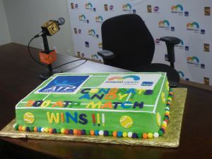 Murray received a cake to celebrate his 500th win (photo credit: Esam Taha)